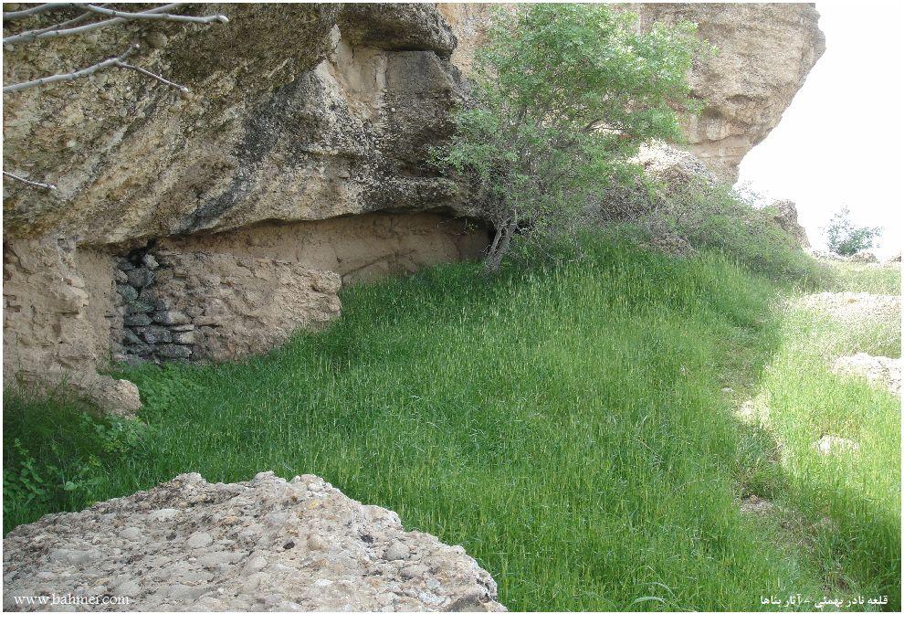 عکس آثار باقیمانده از بناهای قلعه نادر