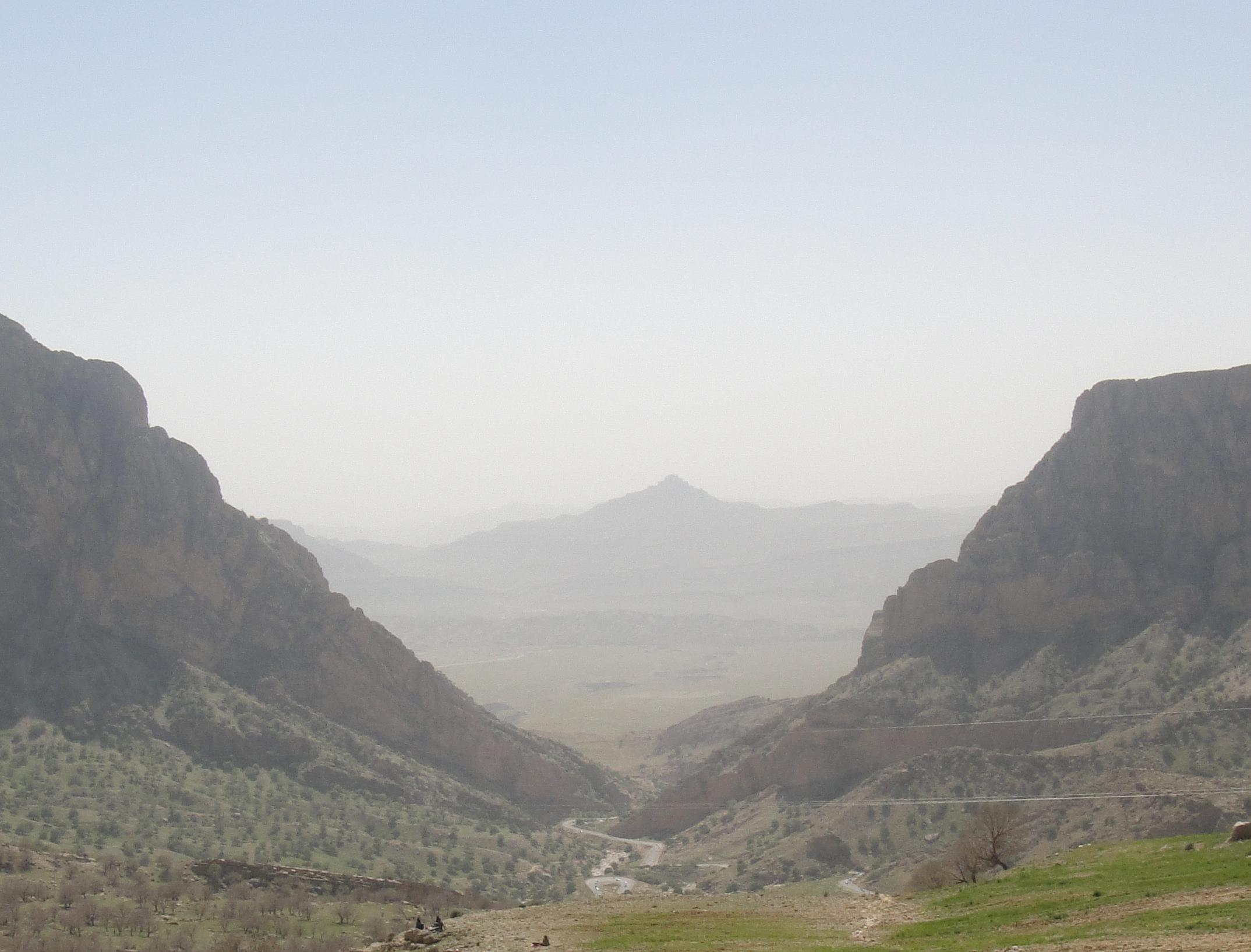 دور نمایی از قلعه نادر بهمئی
